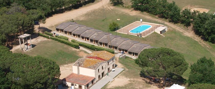 Vista de les habitacions de Can Solà amb la piscina